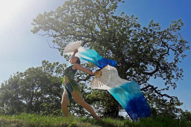 Nadine Heinkel zeigt Tanz mit Fächern in der Natur