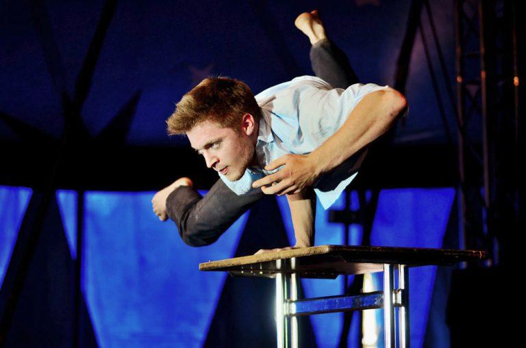 Fesselndes Schauspiel von Artist Jan Dages im Handstand - Gänsehaut Theater als Hochzeitsunterhaltung