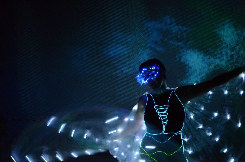 Feuerkünstlerin zeigt tanz mit LED-Kostüm für Ihre Hochzeit