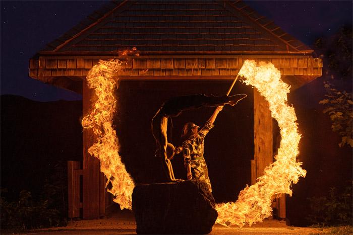 Duo Feuershow mit Handstandakrobatik und Artistik aus Ludwigsburg bei Stuttgart Heilbronn für Ihre Hochzeit buchen